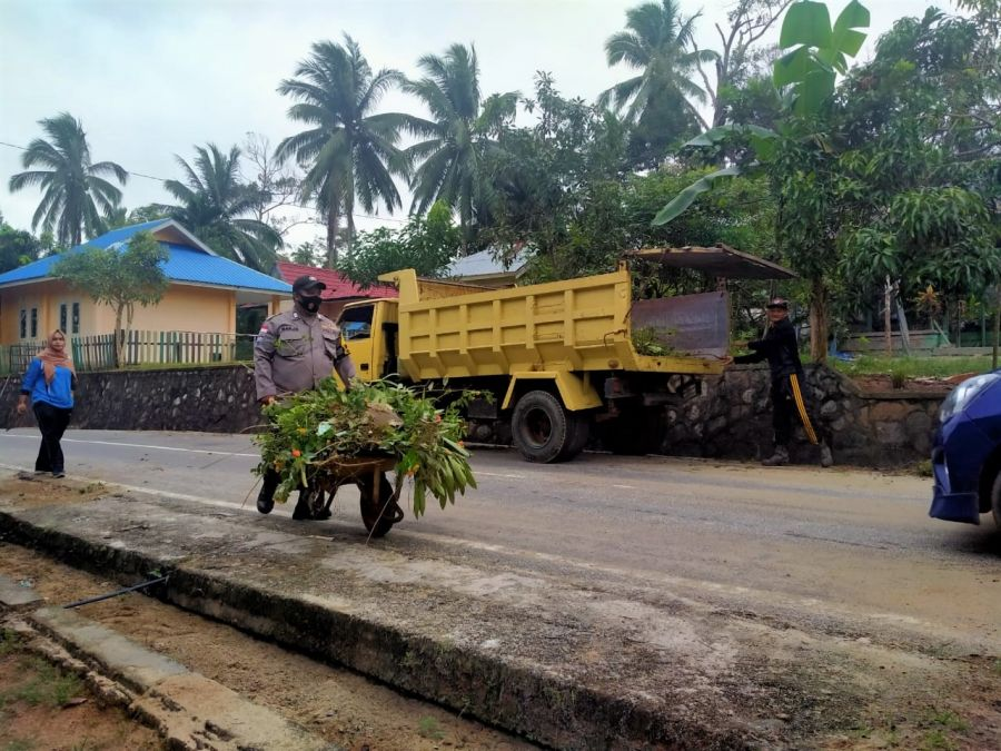 Jum'at Bersih, Sinergitas TNI-Polri dan Masyarakat Laksanakan Gotong Royong Bersama