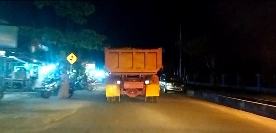 Malam Hari, Puluhan Truk Fuso Lewati Jalan Kota Untuk Lakukan Aktivitas Penimbunan