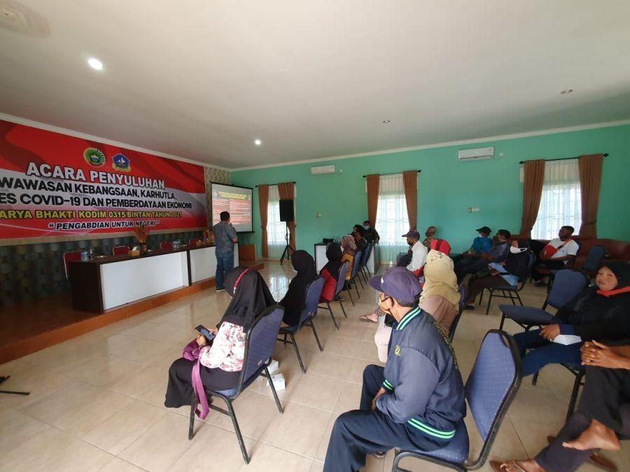 Personel Kodim 0315/Bintan dan Satreskrim Polres Bintan Lakukan Penyuluhan Kepada Masyarakat Desa Toapaya Selatan