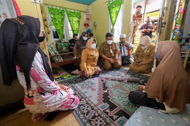 Rahma Beri Bantuan Kepada Penderita Tumor Paru di Kampung Bugis