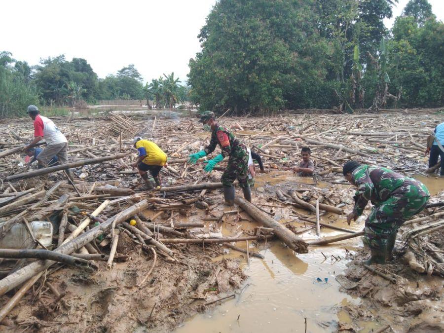 TNI Bersama Warga Masyarakat Bersihkan Sungai Barabai Dari Sampah