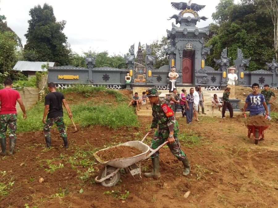 TNI dan Rakyat Gotong Royong Bangun Pura Agung Datu Magintir di Desa Labuhan